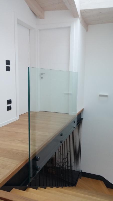 vetreria gottardi, parapetto, parapetto vetro, vetro, parapetto interno, parapetto scala, parapetto a vista, verniciatura, marmo, borchie, vetro stratificato, stratifica, vetro accoppiato